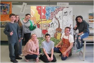 Les élèves de Julie devant la fresque murale.